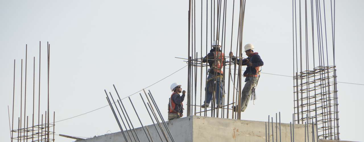 Los trabajadores colocan varillas de acero.