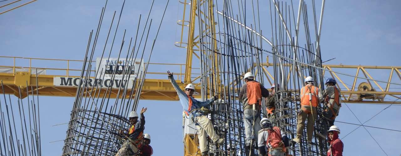 Los constructores saludan de buen ánimo, pese a 'exponer' su vida en las alturas.
