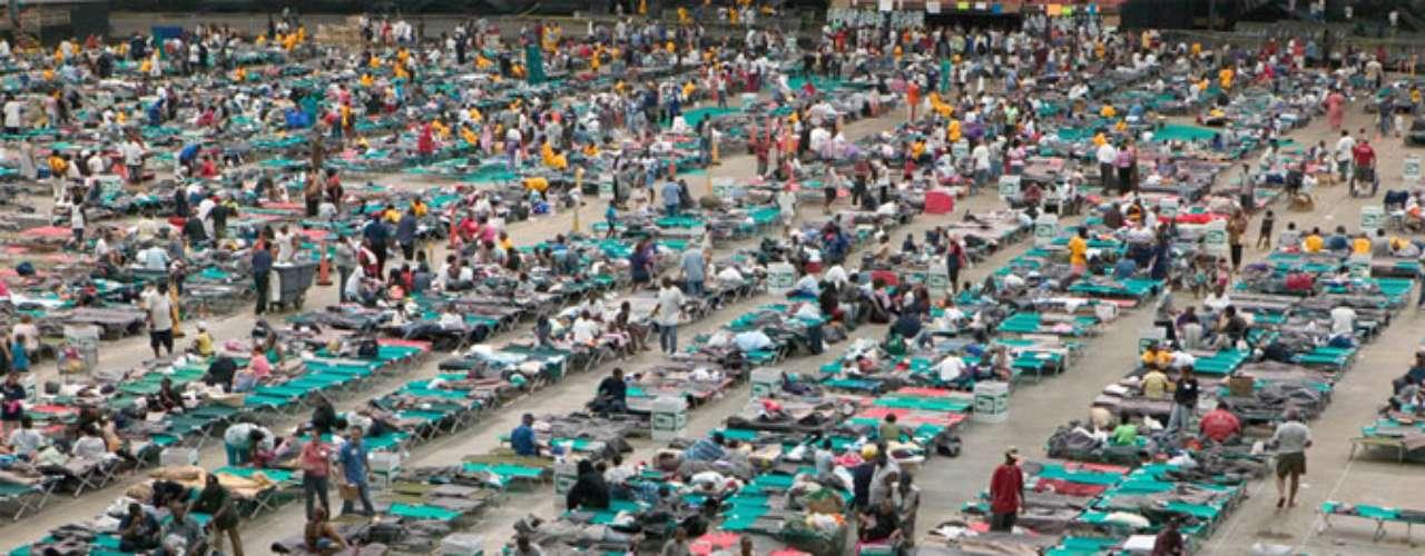 Específicamente, el Super Dome albergó aproximadamente a 26 000 personas, a quienes proveyeron con comida y agua durante varios días desde que el huracán tocó tierra.
