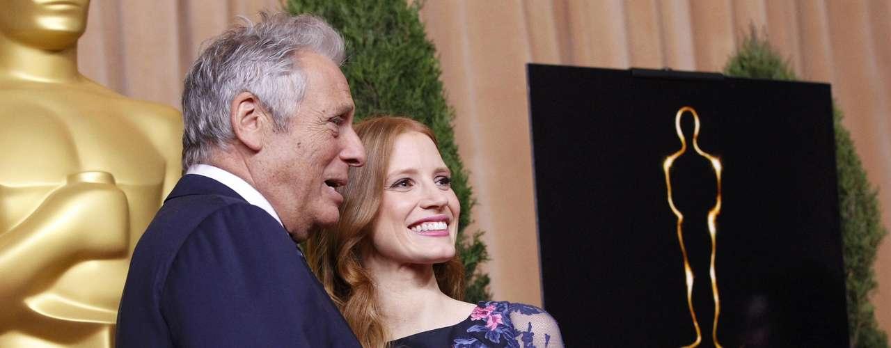 El Presidente de la Academia de Artes y Ciencias Cinematográficas Hawk Koch posa al lado de la nominada Jessica Chastain