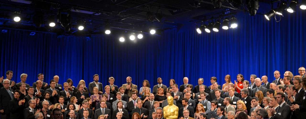 Los nominados al Oscar asistieron a su tradicional almuerzo. Después de convivir con la prensa y tomarse la tradicional foto, tanto actores, directos y demás invitados se pusieron al corriente y platicaron de todo. ¿Qué se habrán dicho?