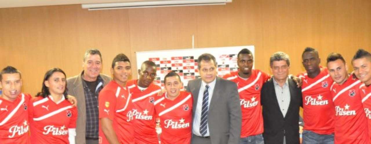 Puma sigue ligado al Deportivo Independiente Medellín y mantiene el diseño con la franja blanca que va desde el hombro izquierdo a la parte baja del costado derecho