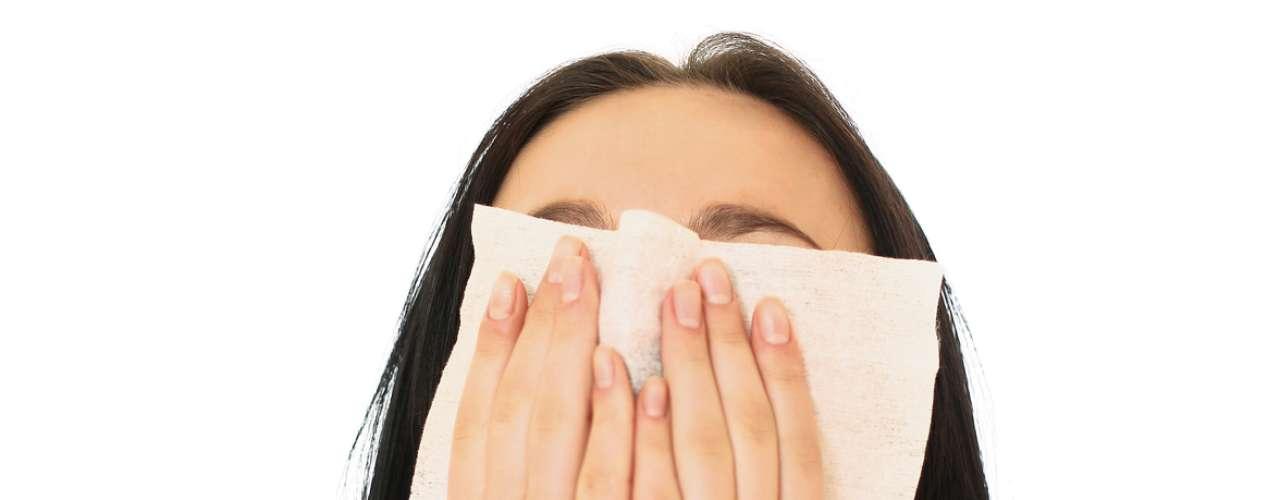 Empeora los resfriados. Si alguna vez pensaste que el estrés te podía enfermar, es cierto. Las investigaciones afirman que el estrés tiene un impacto en el sistema inmune. Eso es porque cuando estás estresado, tu cuerpo produce más cortisol, que a su vez puede causar estragos en los procesos inflamatorios del cuerpo.