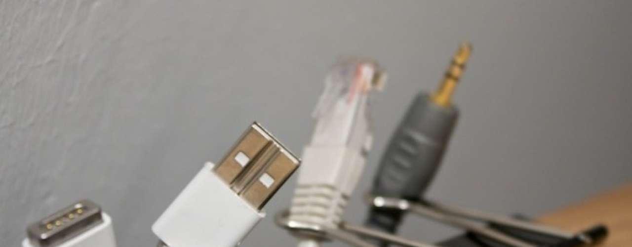 Cuatro broches de presión pueden hacer la diferencia entre pelearte para encontrar los cables de tu computadora o hacerlo sin mayor problema.