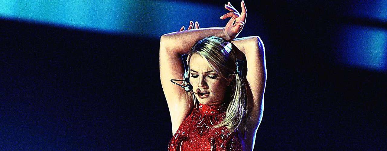 La 'Princesa del Pop' Britney Spears realizó un mágico popurrí con los temas 'From The Bottom Of My Broken Hear't y 'Baby One More Time' - en la gala del 2000.
