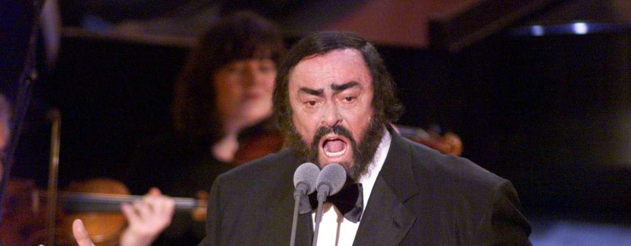 Antes de despedirse de este mundo, Luciano Pavarotti tuvo en sus manos la responsabilid de abrir la ceremonia del Grammy en el año 1999, con lo que le puso el toque clásico a esta gran fiesta de la música.