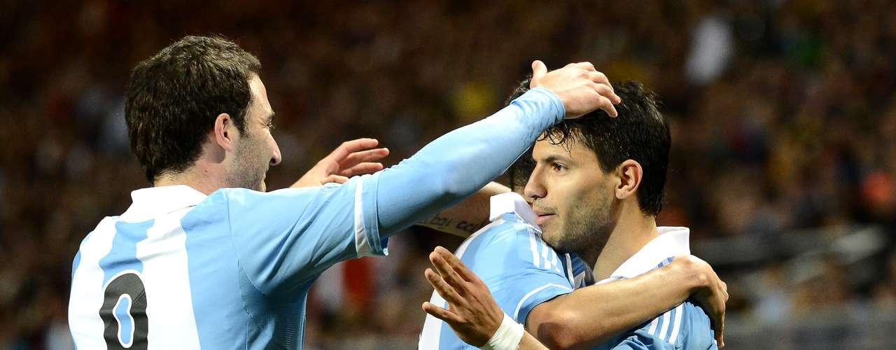 La selección Argentina impuso toda su jerarquía y le ganó con claridad a Suecia por 3 a 2 (Higuaín x2, Agüero y Olsson había empatado transitoriamente, y sobre la hora descontó Elm). Con un gran primer tiempo de los Cuatro Fantásticos (Agüero, Higuaín, Messi y Di María), le bastó al equipo de Sabella para quedarse con el partido, en esta primera presentación del combinado nacional en este 2013. El equipo funcionó sin puntos débiles, manejando la pelota, y siendo muy vertical y punzante en los últimos metros gracias a su gran delantera. El próximo compromiso de la selección será el 22 de marzo en el monumental frente a Venezuela.