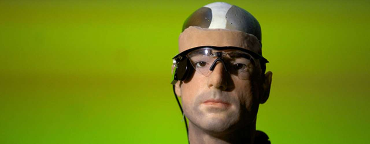 The head has two retina implants behind his brown iris , which allow him to detect objects in front of him, cochlear implants that allow him to listen and is coveed with artificial skin.