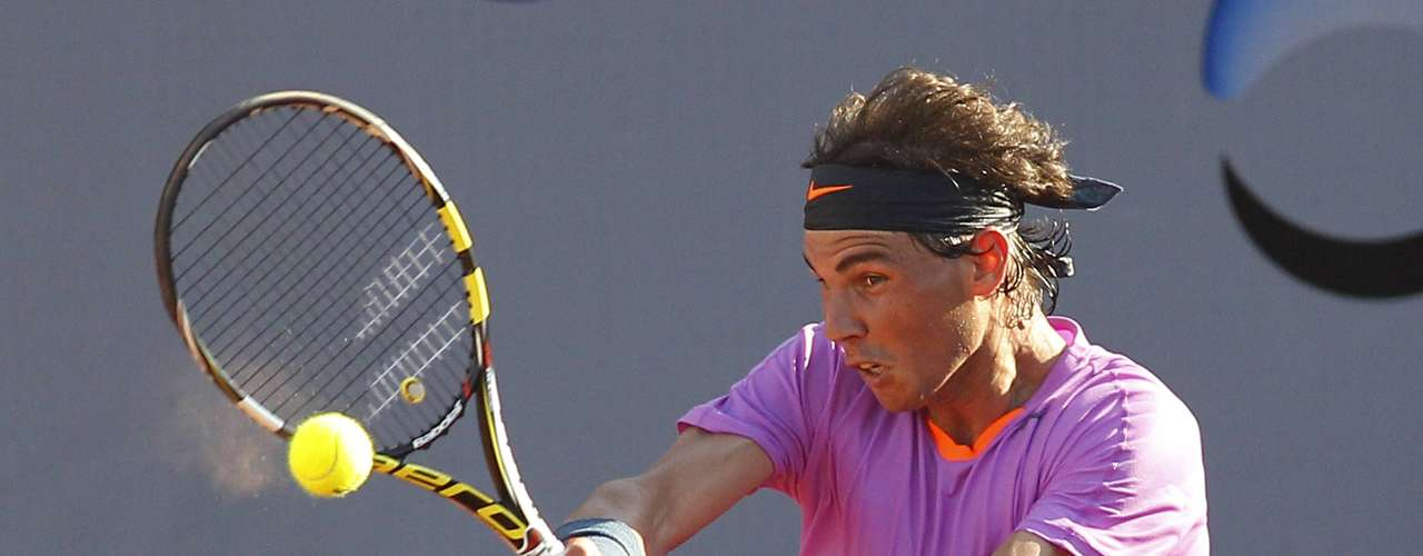 Spain's Rafael Nadal returns the ball to Argentina's Federico Delbonis during their men's singles match at the Chilean Open tennis tournament in Vina del Mar city February 6, 2013.