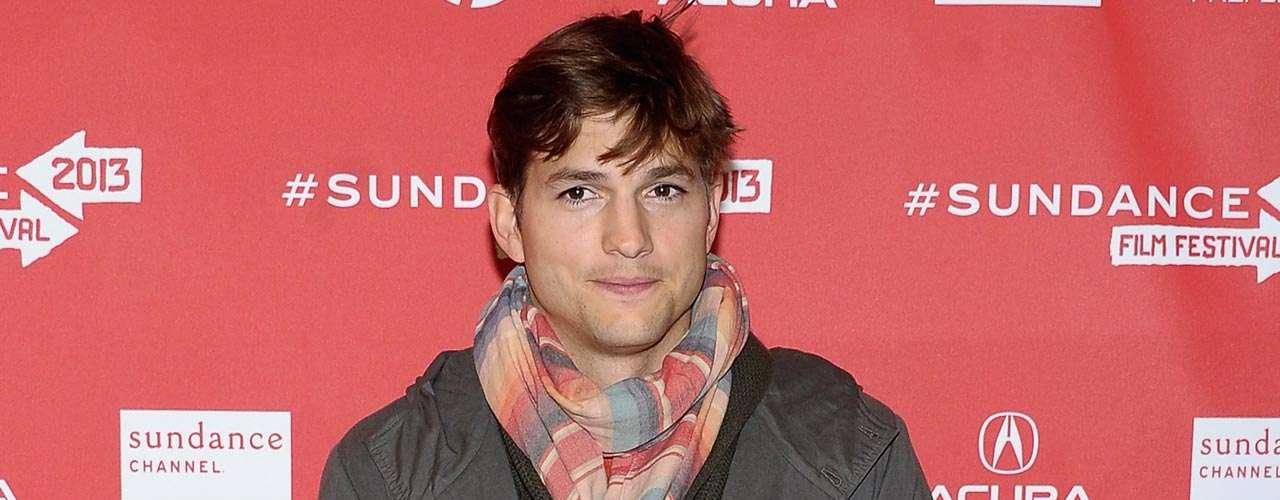 Ashton Kutcher vive al máximo su romance con Mila Kunis, aunque no lo ha admitido públicamente, las exhibiciones ante paparazzi los han echado de cabeza.