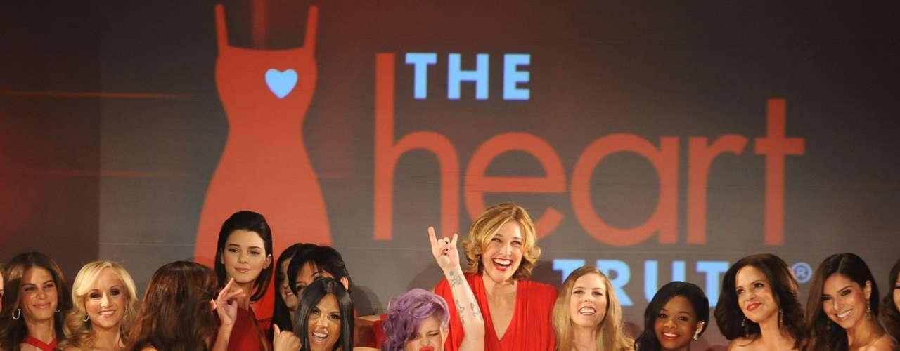 La semana de la moda en Nueva York se inauguró con trajes rojos que dominaron la pasarela. En apoyo a la salud del corazón de las mujeres, famosas como Kylie Jenner, Gabrielle Douglas y Kelly Osbourne asistieron al desfile \