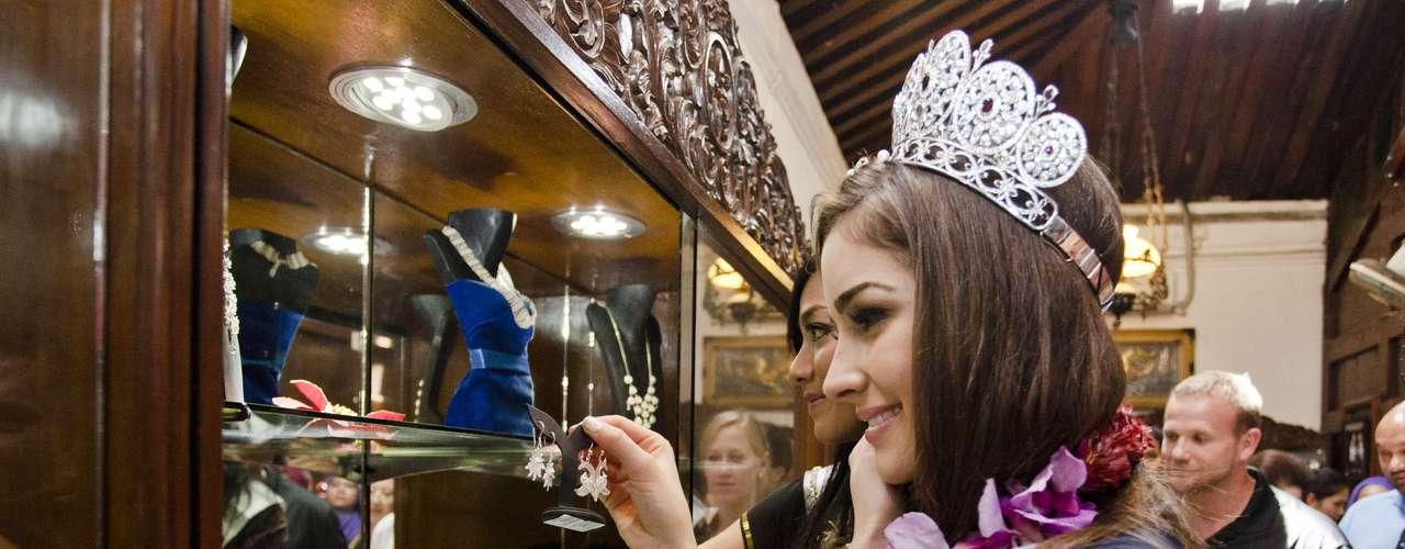 Así mismo, Olivia Culpo durante este largo recorrido por el país también ha tenido la oportunidad de ser colmada de regalos, como durante su visita a la tiendaAnsor Silver.