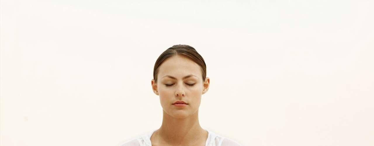 Respiración: Practica respirar lenta y profundamente e incorpora este conocimiento a tu experiencia sexual, tanto si estás solo como con tu pareja. Inhala durante cuatro segundos y luego exhala en el mismo tiempo, centráte totalmente en la respiración.