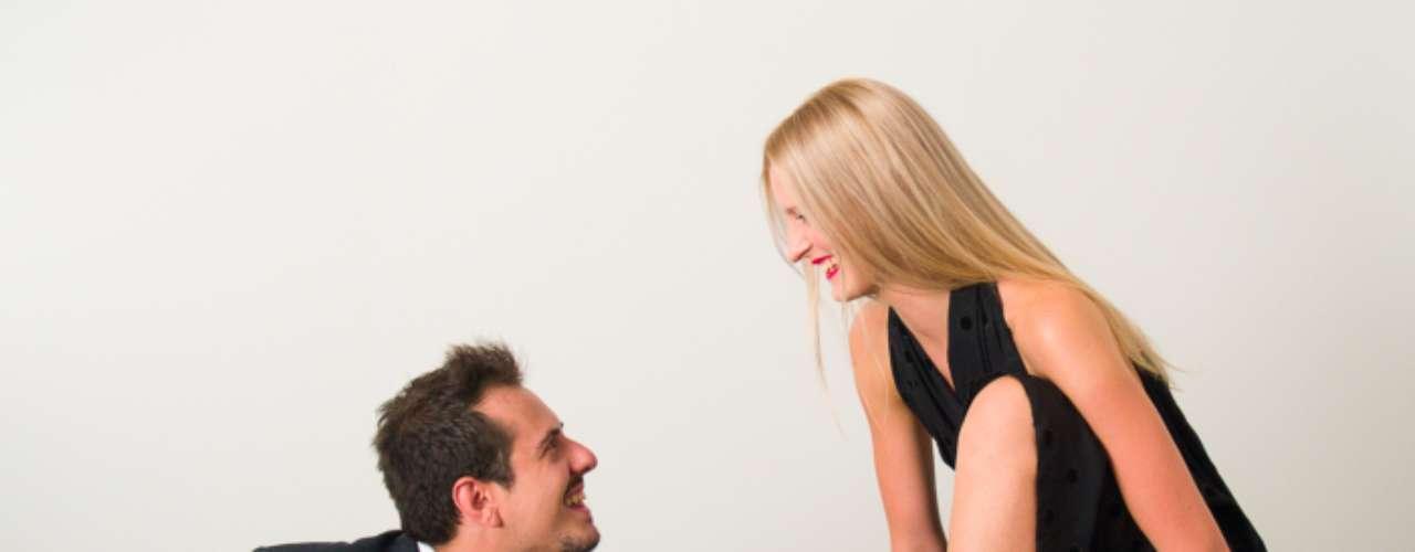 4. Nunca se siente totalmente amada o apreciada. Algunas mujeres tienen expectativas poco realistas sobre lo que una relación a largo plazo debe ofrecer emocionalmente. Las que son más narcisistas e inmaduras emocionalmente esperan que su pareja satisfaga todas sus necesidades. Por ello, cuando su compañero (imperfecto) inevitablemente les falla, se justifican en la búsqueda de atención en otra parte.