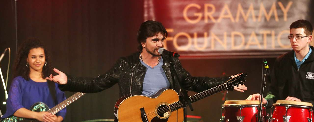 Juanes, quien participó por primera vez en el programa educativo musical, tocó con estudiantes en la ceremonia a realizada en la Universidad del Sur de California.