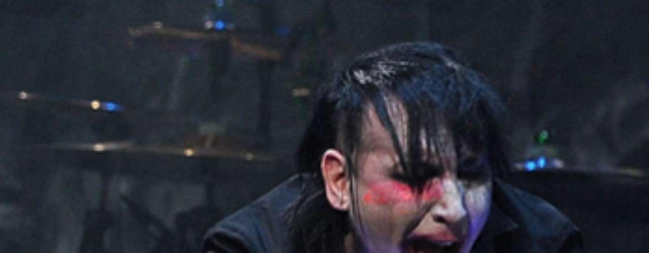 Marilyn Manson, quien terminó arrodillado mientras cantaba 'The Beautiful People' sin conocerse las causas. Billboard asegura que la caída de Manson no era una parte planeada del show porque los músicos que lo acompañan dejaron de tocar y el staff de la producción corrió a ayudarlo.Otros testigos dicen que Marilyn también vomitó en el escenario la noche del miércoles 6 de febrero de 2013.
