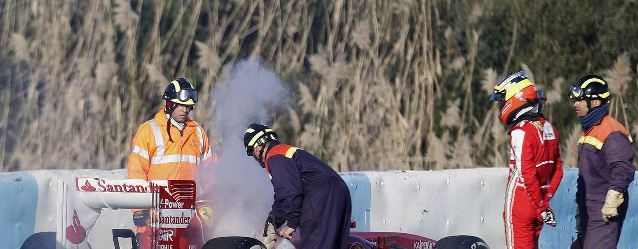De la Rosa observa los movimientos de los integrantes de su equipoluego de la falla en el motor de la Ferrari.
