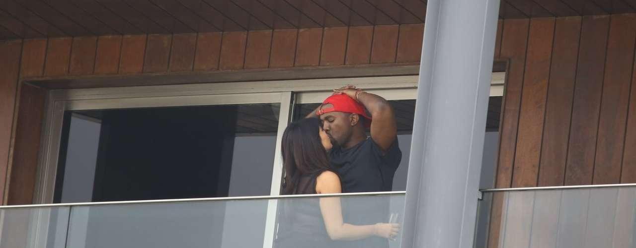 Kima Kardashian besa a su novio, el rapero Kanye West.