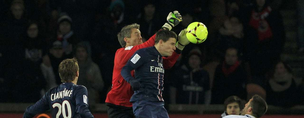 Bastia's goalkeeper Mickael Landreau (2nd L) challenges Paris Saint-Germain's Kevin Gameiro.