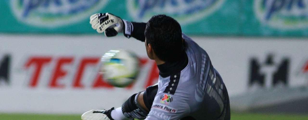 Santana le dio el triunfo a Monarcas al transformar este penalti.