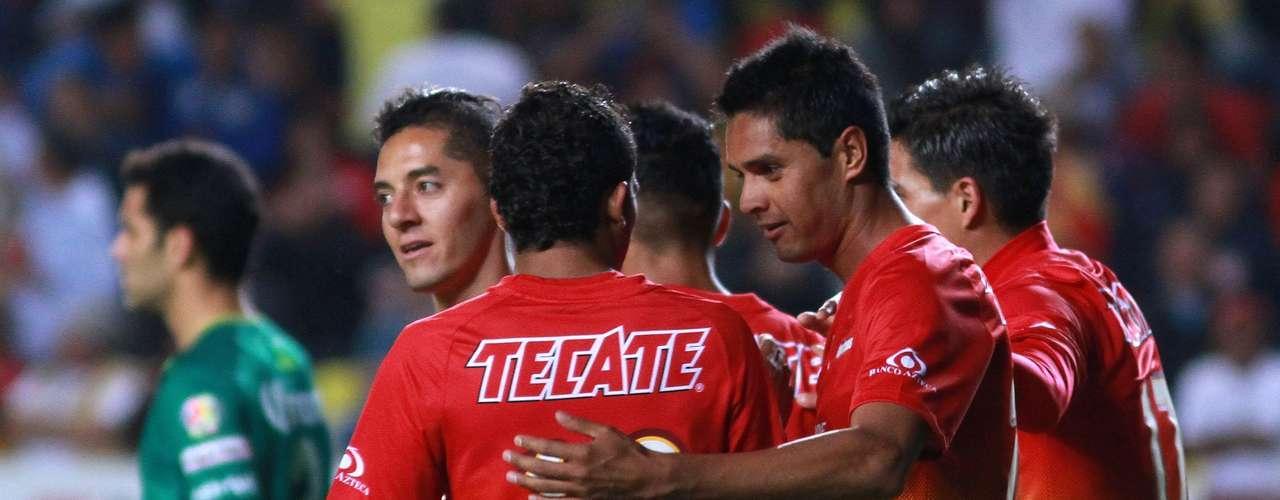 El delantero de Monarcas, 'mimado' por sus compañeros tras el gol.
