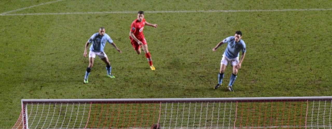 Gareth Barry cometió este autogol (3-1) mismo que desmoronó a los visitantes.