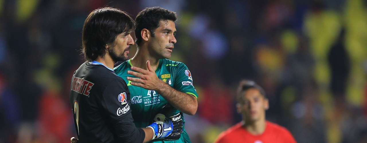'Rafa' Márquez and Vilar show their sporstmanship during the game.