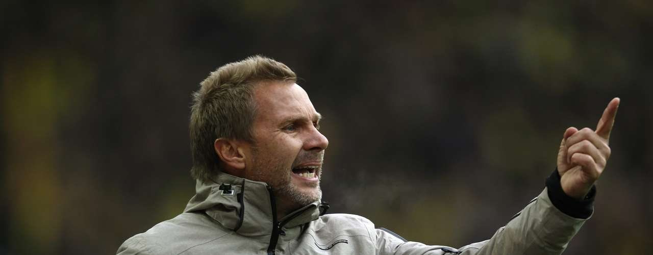 Hamburger SV's coach Thorsten Fink reacts.