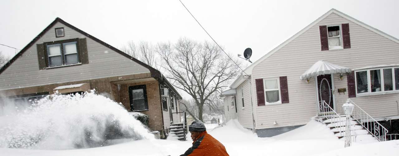 David Lore, 14,  uses a snow blower to clear snow from his sidewalk during a blizzard in Medford, Massachusetts February 9, 2013. A blizzard pummelled the Northeastern United States, killing at least one person, leaving hundreds of thousands without power and disrupting thousands of flights, media and officials said. REUTERS/Jessica Rinaldi (UNITED STATES - Tags: ENVIRONMENT)