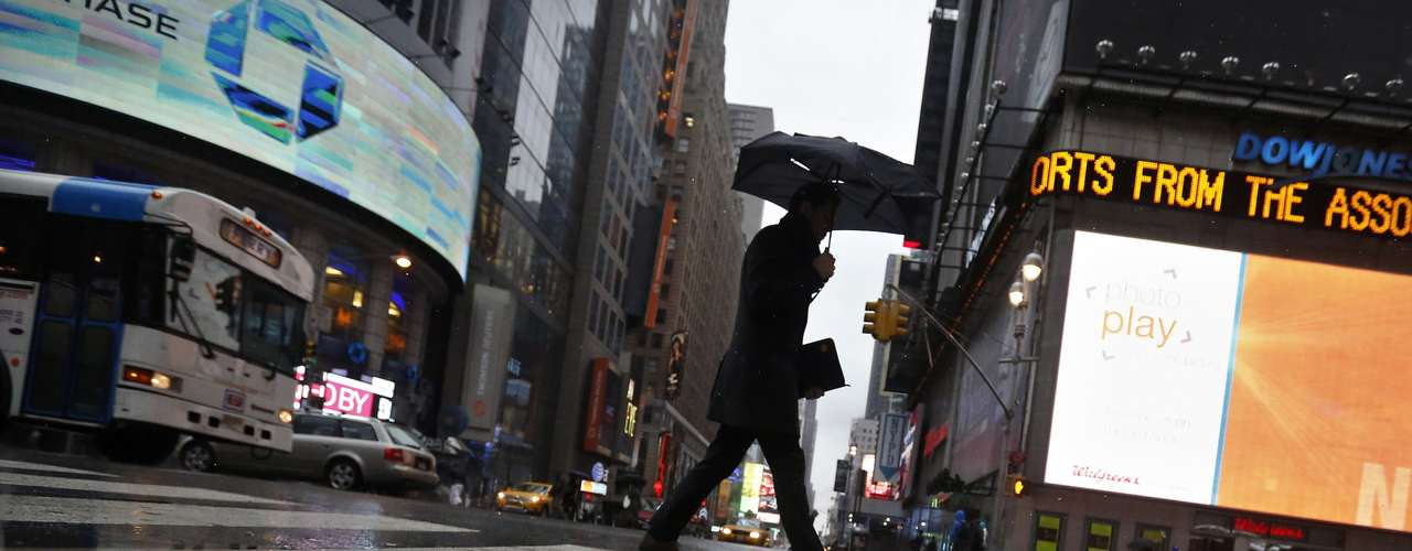 A man walks through through Times Square in New York, February 8, 2013. The Northeast U.S. is bracing for a large winter storm that has caused flight cancellations. REUTERS/Brendan McDermid (UNITED STATES - Tags: ENVIRONMENT)