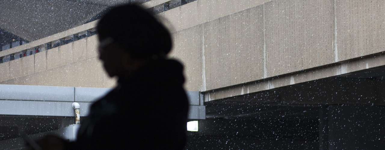 People take cover during the arrival of a winter storm at the Newark Liberty International airport in New Jersey February 8, 2013. A blizzard blew into the northeastern United States on Friday, cutting short the workweek for millions who feared being stranded as state officials ordered roads closed ahead of what forecasters said could be record-setting snowfall. Officials across the region closed schools and more than 3,000 flights were canceled. REUTERS/Eduardo Munoz (UNITED STATES - Tags: ENVIRONMENT DISASTER TRANSPORT)