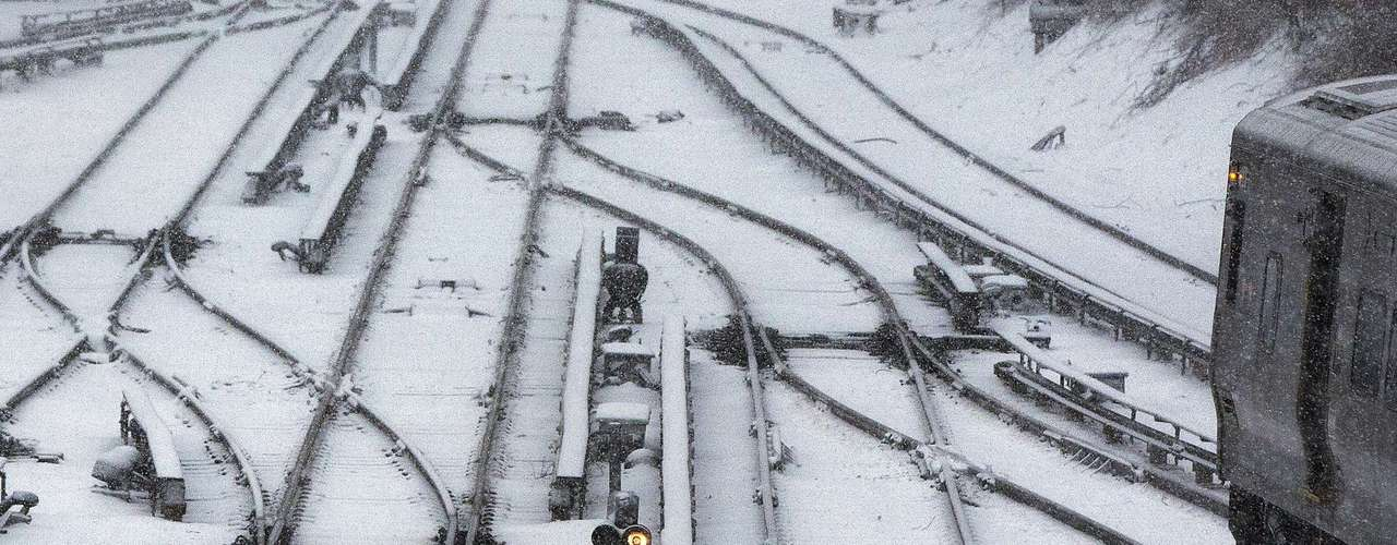 A Long Island Railroad train is seen on snowy tracks in Port Washington, New York February 8, 2013. The northeastern United States braced on Friday morning for a blizzard that could drop up to three feet (nearly one meter) of snow through Saturday and bring travel to a halt. REUTERS/Shannon Stapleton (UNITED STATES - Tags: ENVIRONMENT)