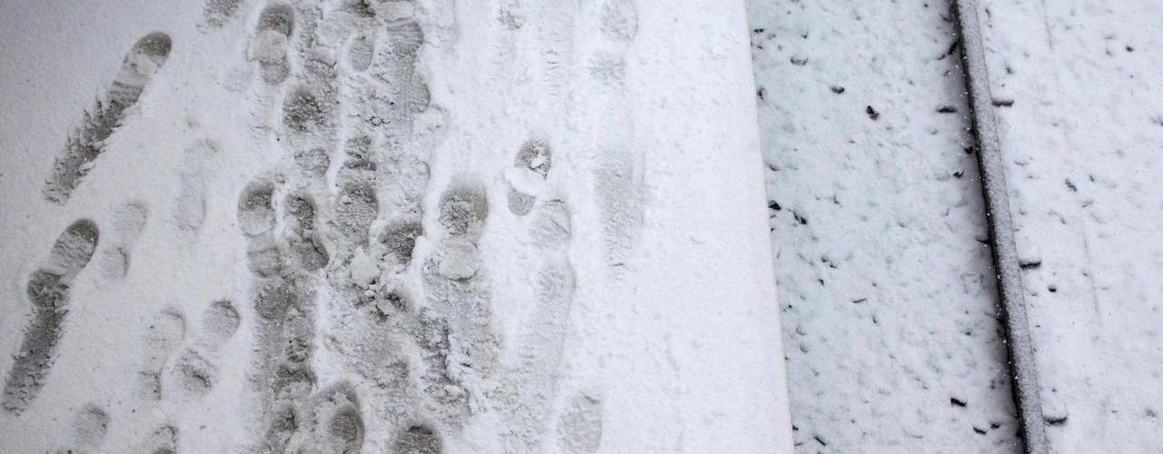 Snow-covered foot prints are seen along the Long Island Railroad tracks in Port Washington, New York February 8, 2013. The northeastern United States braced on Friday morning for a blizzard that could drop up to three feet (nearly one meter) of snow through Saturday and bring travel to a halt. REUTERS/Shannon Stapleton (UNITED STATES - Tags: ENVIRONMENT)