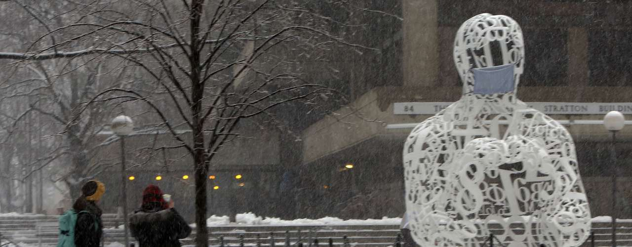 People take a picture of a sculpture during a massive winter storm, in Cambridge, Massachusetts on February 8, 2013. Blizzard warnings were in effect from New Jersey through southern Maine, with Boston expected to bear the brunt of the massive storm that could set records.   REUTERS/Bizuayehu Tesfaye   (UNITED STATES - Tags: ENVIRONMENT)