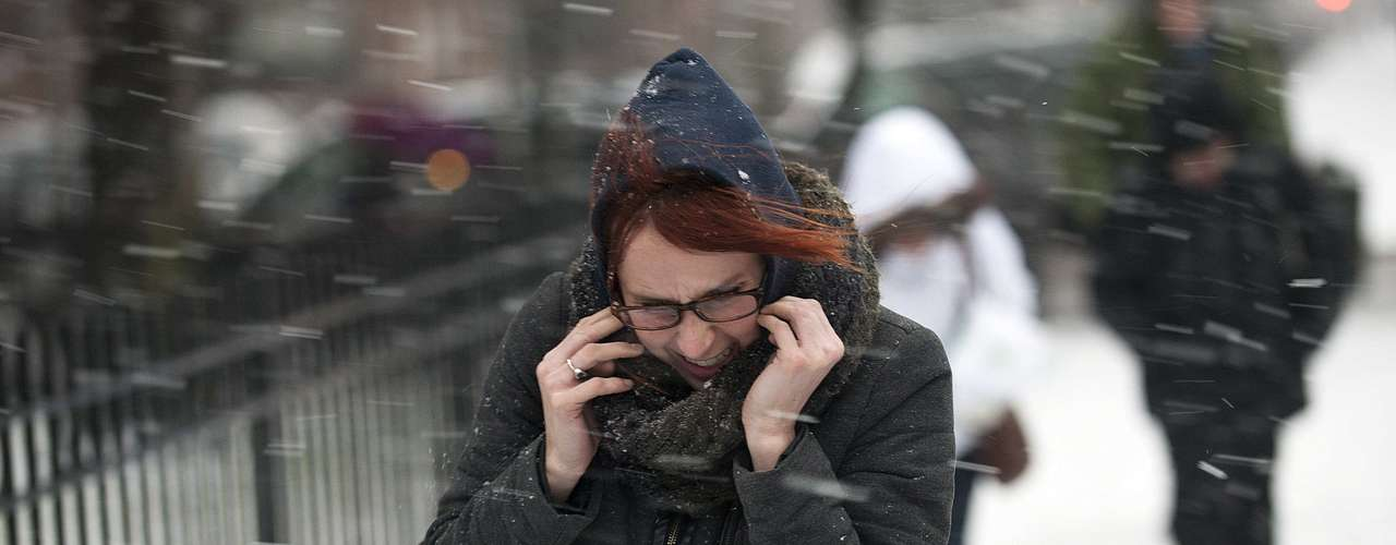 A woman makes her way through snow and wind in New York, February 8, 2013. A blizzard blew into the northeastern United States on Friday, cutting short the workweek for millions who feared being stranded as state officials ordered roads closed ahead of what forecasters said could be record-setting snowfall. From New York to Maine, the storm began gently, dropping a light dusting of snow, but officials urged residents to stay home, rather than risk getting stuck in deep drifts when the storm kicks up later Friday afternoon. REUTERS/Keith Bedford (UNITED STATES - Tags: ENVIRONMENT)
