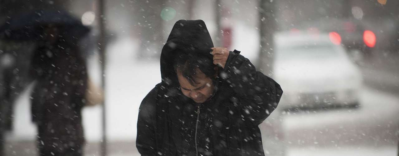 A man makes his way through snow and wind in New York, February 8, 2013. A blizzard blew into the northeastern United States on Friday, cutting short the workweek for millions who feared being stranded as state officials ordered roads closed ahead of what forecasters said could be record-setting snowfall. From New York to Maine, the storm began gently, dropping a light dusting of snow, but officials urged residents to stay home, rather than risk getting stuck in deep drifts when the storm kicks up later Friday afternoon. REUTERS/Keith Bedford (UNITED STATES - Tags: ENVIRONMENT)