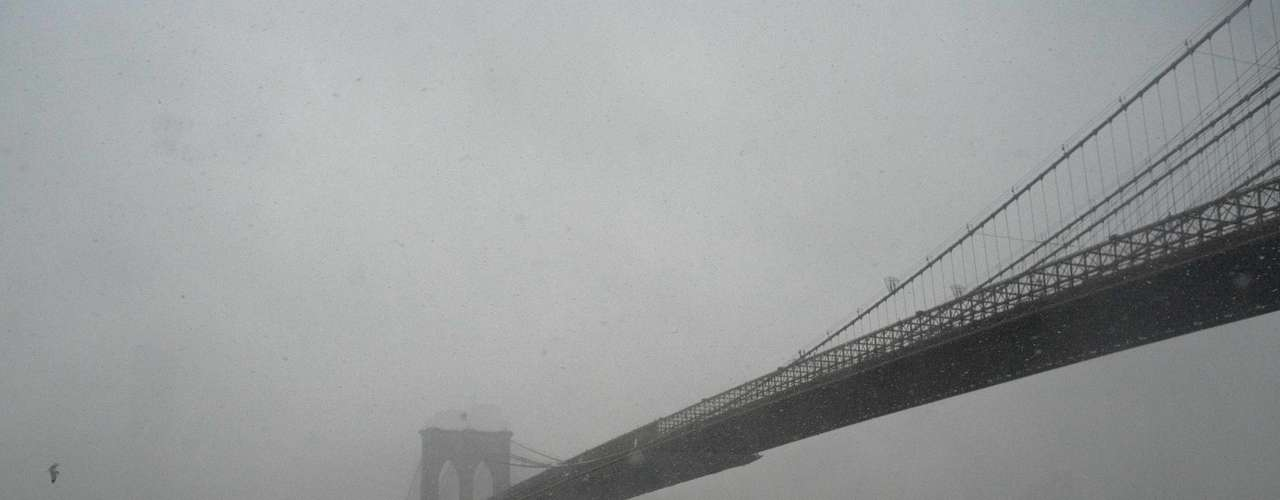 A New York City water taxi makes its way through wind and snow under the Brooklyn Bridge in New York, February 8, 2013. A blizzard blew into the northeastern United States on Friday, cutting short the workweek for millions who feared being stranded as state officials ordered roads closed ahead of what forecasters said could be record-setting snowfall. From New York to Maine, the storm began gently, dropping a light dusting of snow, but officials urged residents to stay home, rather than risk getting stuck in deep drifts when the storm kicks up later Friday afternoon. REUTERS/Keith Bedford (UNITED STATES - Tags: ENVIRONMENT)