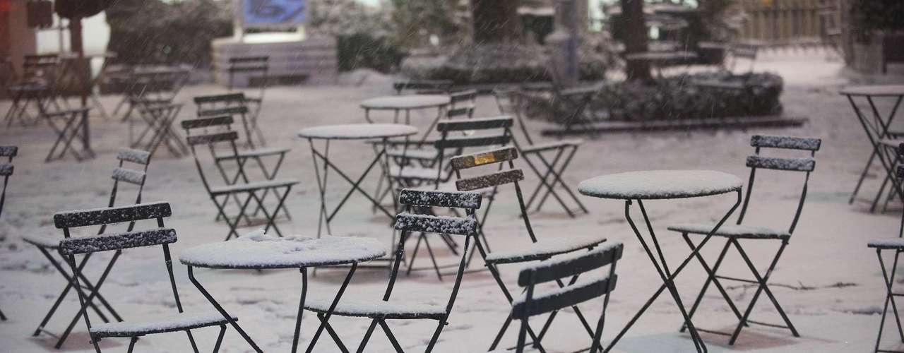 Snow covers cafe tables and chairs in New York's Bryan Park, February 8, 2013. A blizzard pummeled the Northeastern United States, killing at least one person, leaving hundreds of thousands without power and disrupting thousands of flights, media and officials said. Picture taken February 8, 2013. REUTERS/Keith Bedford (UNITED STATES - Tags: ENVIRONMENT DISASTER)