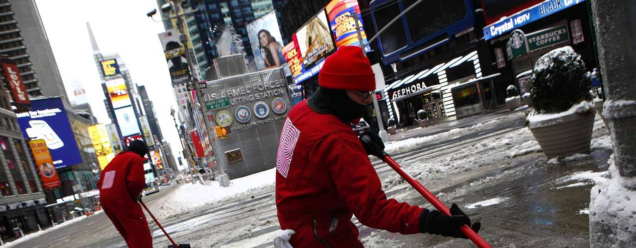 Workers clear snow at Times Square in New York, February 9, 2013. A blizzard pummeled the Northeastern United States, killing at least one person, leaving hundreds of thousands without power and disrupting thousands of flights, media and officials said. REUTERS/Eric Thayer (UNITED STATES - Tags: ENVIRONMENT)