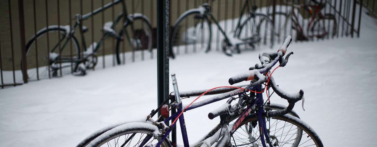 Bikes covered in snow are seen in the Brooklyn borough of New York, February 9, 2013. A blizzard pummeled the Northeastern United States, killing at least one person, leaving hundreds of thousands without power and disrupting thousands of flights, media and officials said. REUTERS/Eric Thayer (UNITED STATES - Tags: ENVIRONMENT)