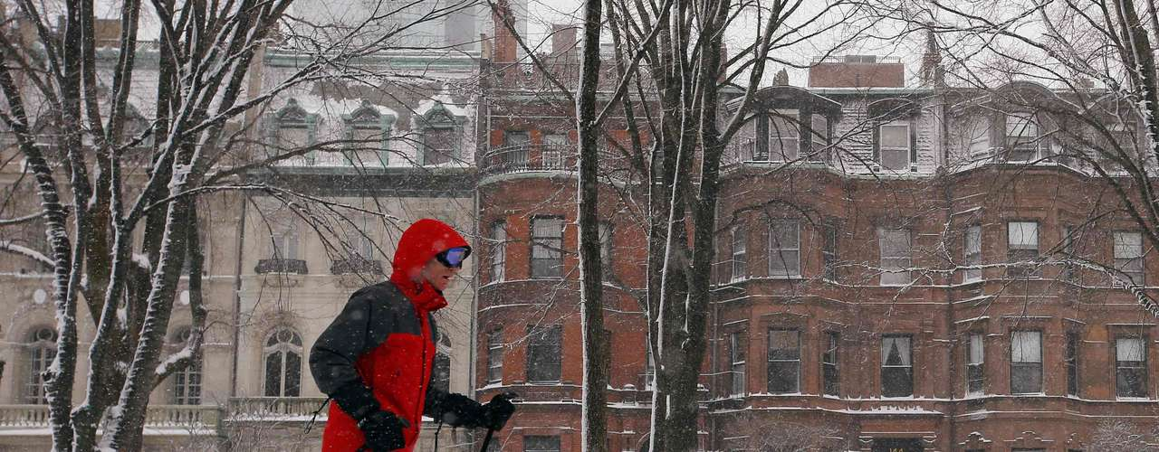 A man cross country skis along Commonwealth Avenue in Boston, Massachusetts February 9, 2013 during a winter blizzard.   REUTERS/Brian Snyder    (UNITED STATES - Tags: ENVIRONMENT)