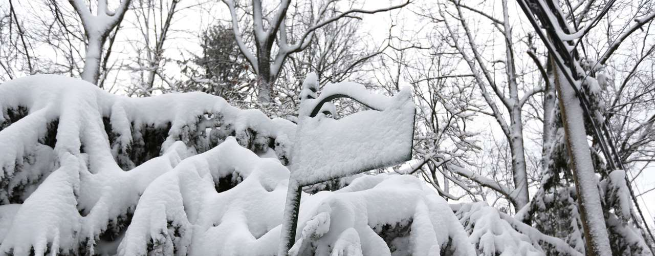 A street sign is seen covered in snow in Manhasset, New York February 9, 2013. A blizzard packing hurricane-force winds pummeled the northeastern United States on Saturday, killing at least one person, leaving about 600,000 customers without power and disrupting thousands of flights. REUTERS/Shannon Stapleton (UNITED STATES - Tags: SOCIETY ENVIRONMENT DISASTER)