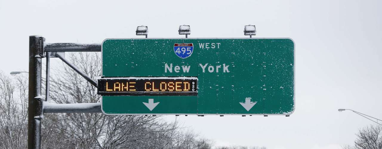 The entrance ramp to the Long Island Expressway is seen closed in the Suffolk County area of New York February 9, 2013. A blizzard packing hurricane-force winds pummeled the northeastern United States on Saturday, killing at least one person, leaving about 600,000 customers without power and disrupting thousands of flights. REUTERS/Shannon Stapleton (UNITED STATES - Tags: ENVIRONMENT DISASTER)
