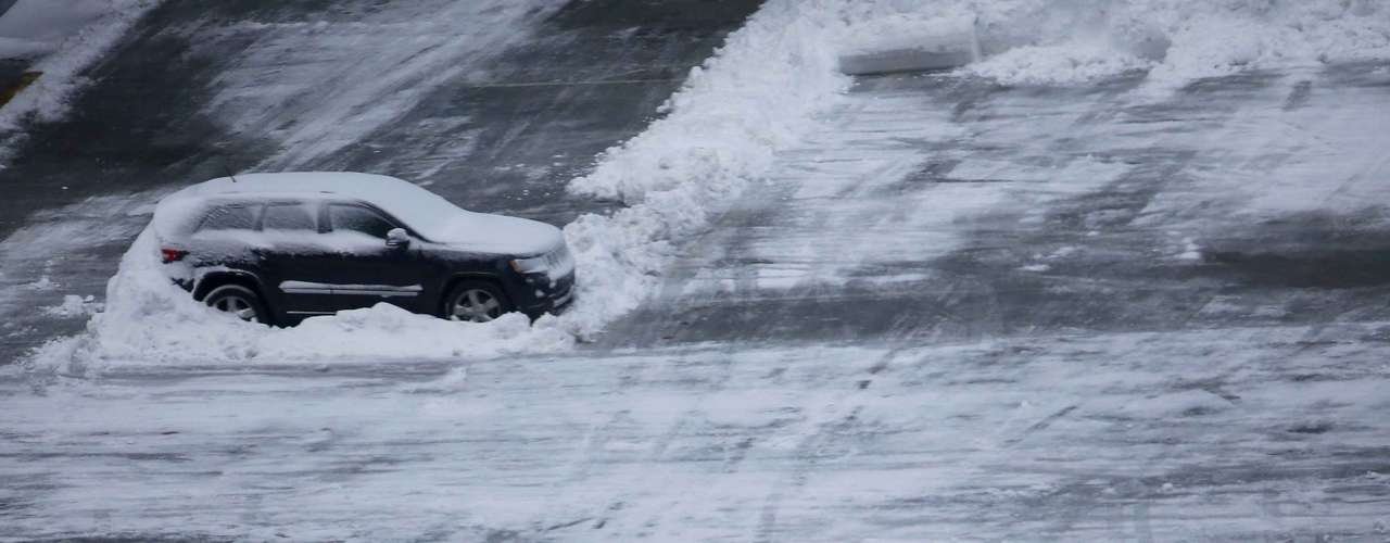 A car is seen atop a parking structure near Times Square in New York, February 9, 2013. A blizzard pummeled the Northeastern United States, killing at least one person, leaving hundreds of thousands without power and disrupting thousands of flights, media and officials said. REUTERS/Eric Thayer (UNITED STATES - Tags: ENVIRONMENT)