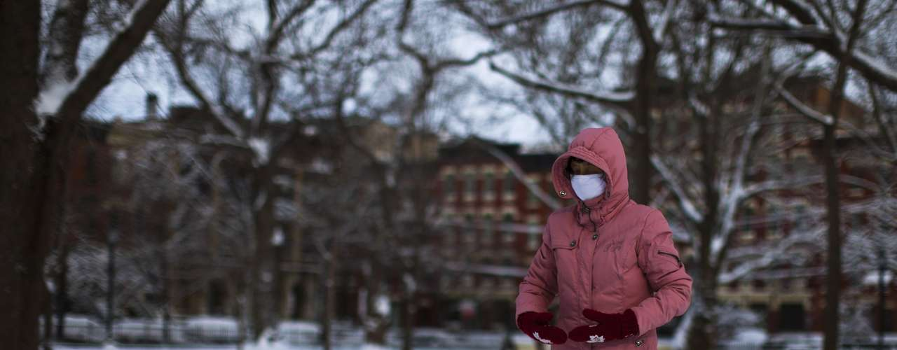 A woman practices meditation after the passing of a winter storm in Jersey City in New Jersey, February 9, 2013. A blizzard packing hurricane-force winds pummelled the northeastern United States on Saturday, killing at least one person, leaving about 600,000 customers without power and disrupting thousands of flights.  REUTERS/Eduardo Munoz (UNITED STATES - Tags: ENVIRONMENT DISASTER)