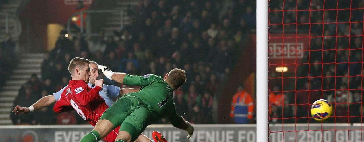 Southampton's Steven Davis (C) shoots to score.