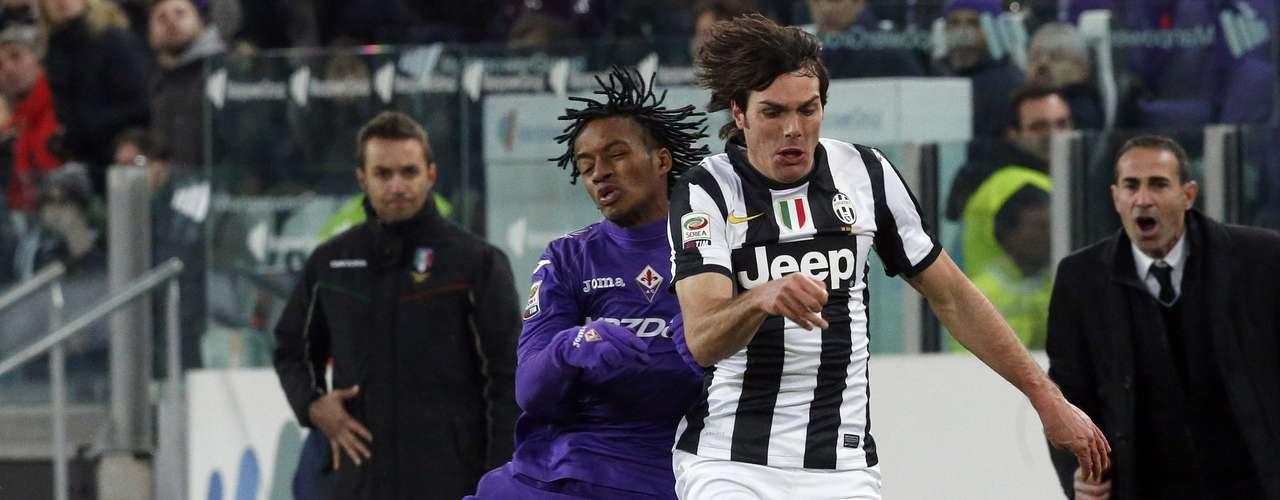 Juventus' Paolo De Ceglie (R) challenges Juan Guillermo Cuadrado.