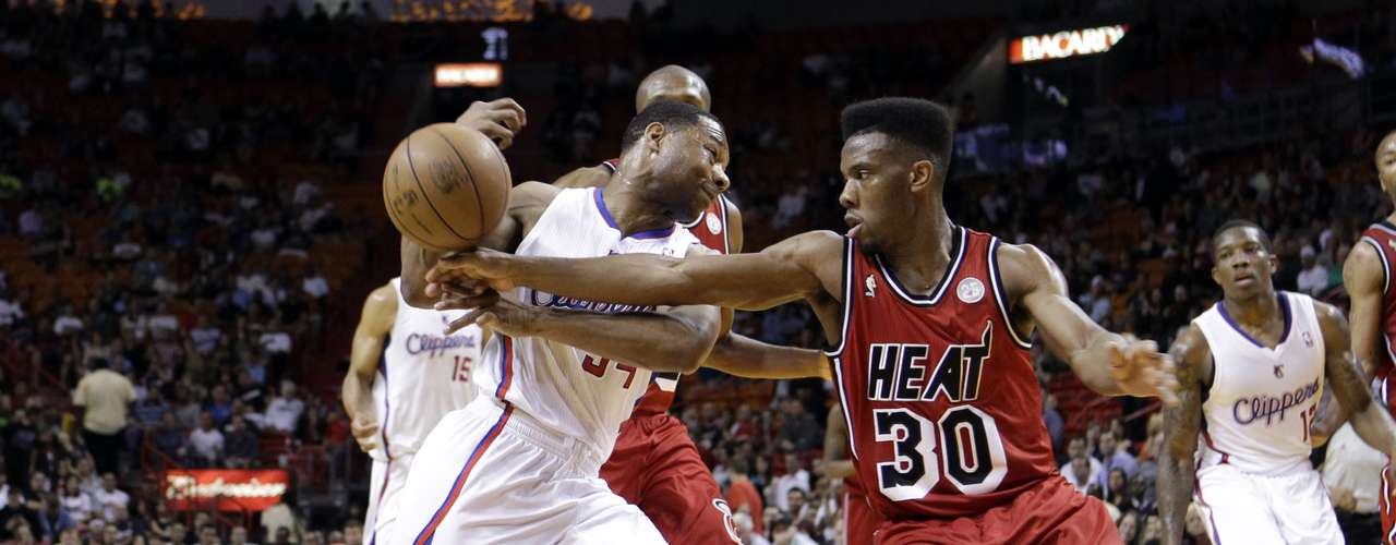 Norris Cole (30) del Miami Heat roba el balón a Willie Green (34) de los Clippers