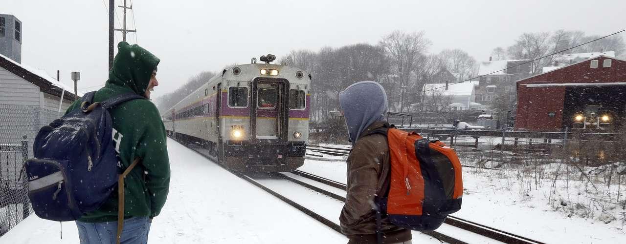 La compañía de trenes de pasajeros Amtrak indicó por su parte que las vías que unen Nueva York y Boston permanecerían cerradas, pero que los trenes estaban retomando sus horarios habituales para los viajes hacia Washington.