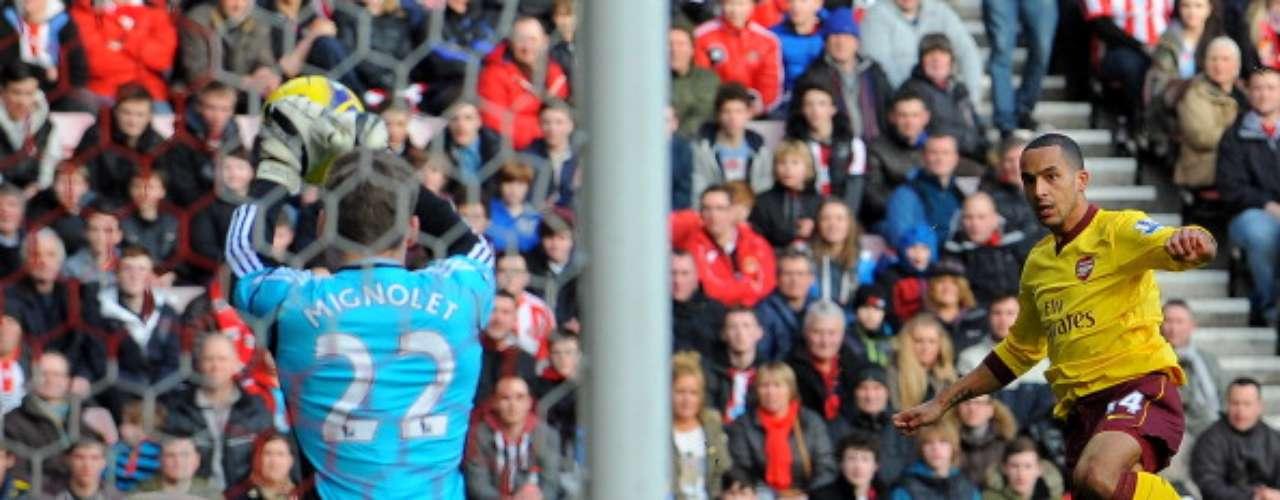 Desde el inicio, el Arsenal generó llegadas; Theo Walcott fue de los más activos.